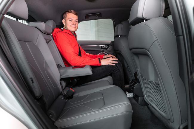 Audi-Q3-Sportback-2019-2020-фото-9-интерьер-места-взади-1024x683.jpg